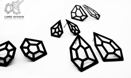 Jag hyser en fascination för skarpa och geometriska ting och deras förmåga att strukturera upp vardagen. Jag finner min inspiration i bitar av metall, jag finner den i en explosion av färg, i känslan från tunga beats, i en ruff stadsstruktur. Linnéa Eriksson Jewellery Art & Design bär på en känsla av attityd och elegans.