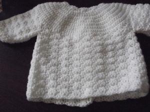 BRASSIERE – CHAUSSONS – BONNET Naissance – 1er âge Laine lay ette 3 pelotes – Crochet 3 ou n° 3 ½ – Ca dépendra de la grosseur de la laine. Une laine plus fine donnera un fini plus…
