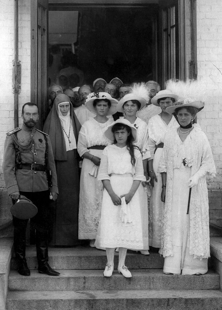 Николай II, императрица Александра Федоровна (Алиса Гессен-Дармштадт), их дочери Ольга, Татьяна, Мария и Анастасия; и великая княгиня Елизавета Федоровна (Elisabethe Гессен-Дармштадт) за пределами военного госпиталя в 1914 году