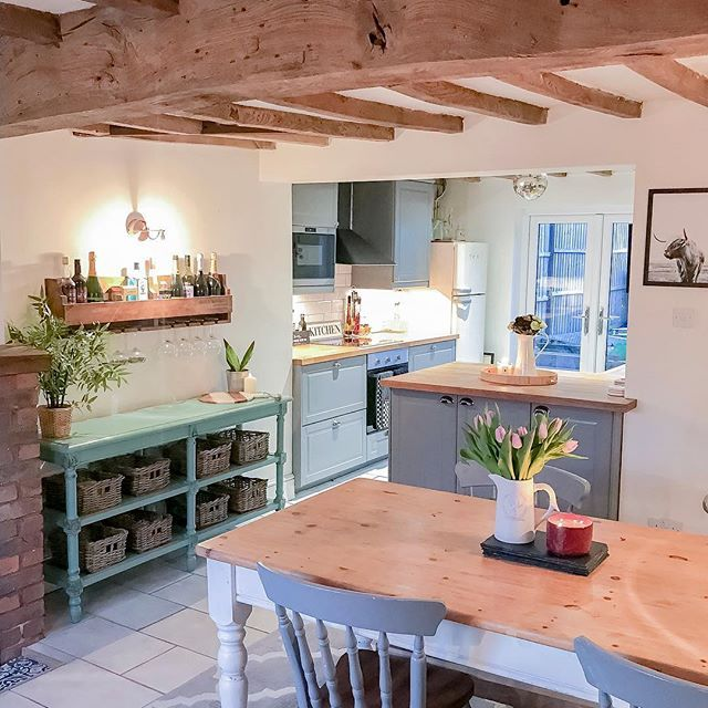 Beautiful Exposed Beams In This English Country Style Cottage Kitchen Kitchen Kitcheninspo English Cottage Kitchens Country Kitchen