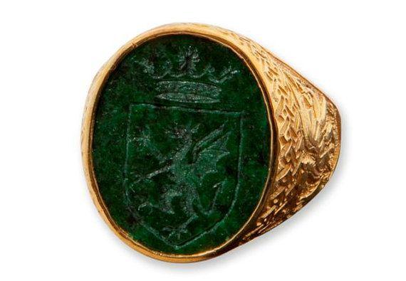 He encontrado este interesante anuncio de Etsy en https://www.etsy.com/es/listing/118026001/jade-celtic-ring-noble-crest-signet-gold