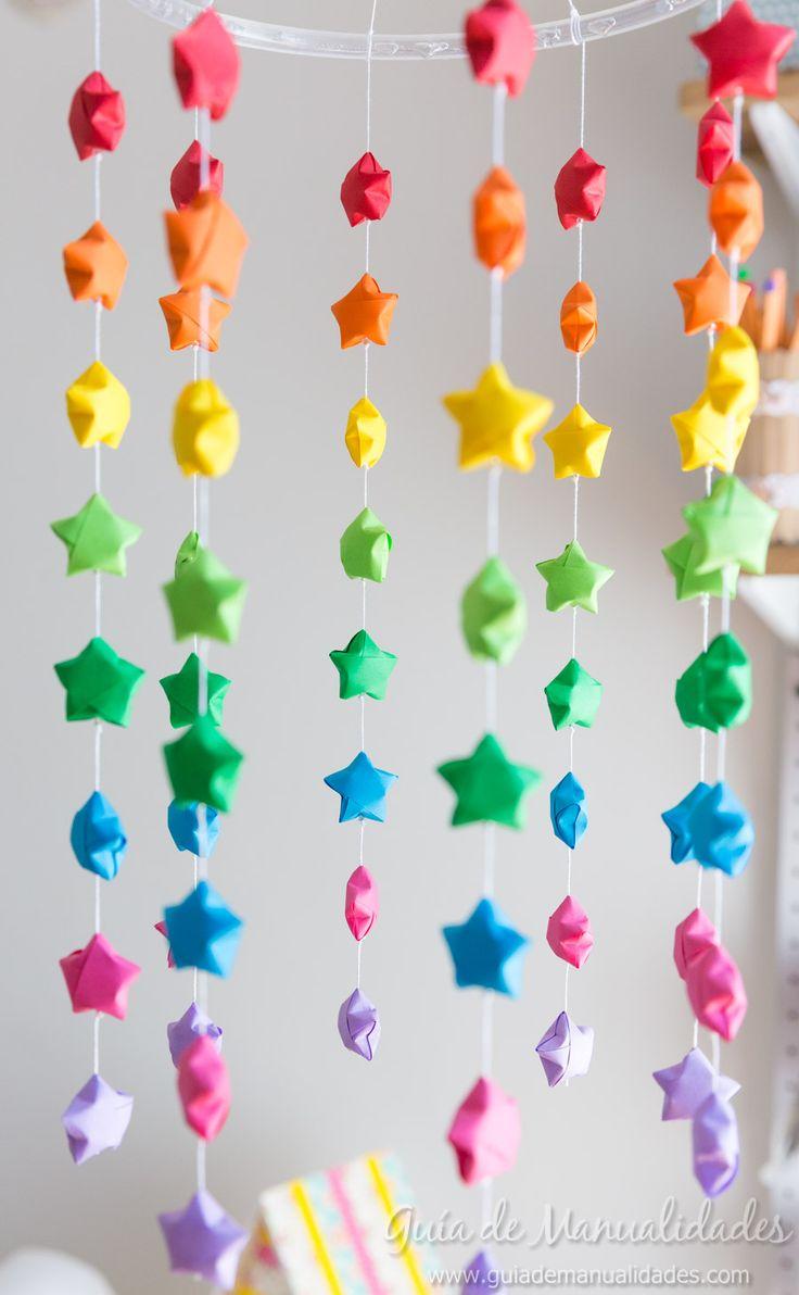 Móvil colorido con estrellas de origami
