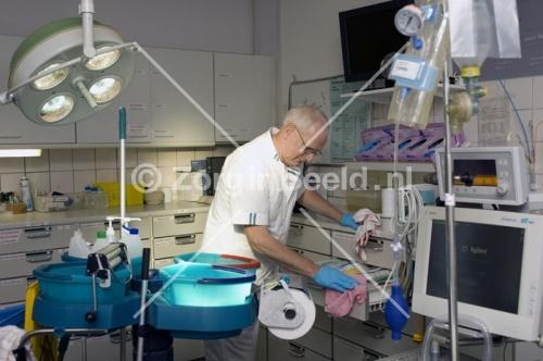 Schoonmaak SEH 48.jpg (500×332)  Nederland, Nijmegen, 2009. Een schoonmaker op traumakamer van de afdeling Spoedeisende hulp. Foto: Frank Muller / Zorginbeeld #zorg