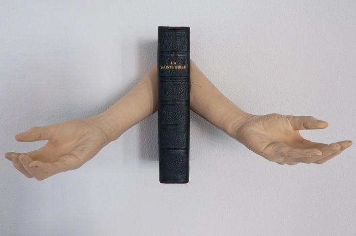 'La Sainte Bible' van / from Birgit Verwer  in: 'Eat Pray Love' Museum Nairac courtesy Livingstone gallery, Den Haag