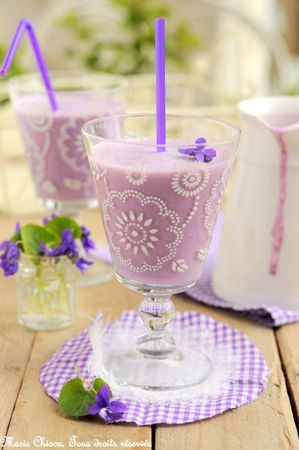 Smoothie rose parme à la violette et à la myrtille. Saines gourmandises. Marie Chioca