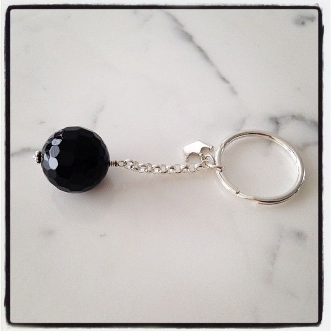 Keyring from silver 925 with a silver crown and a black faceted onyx stone 42€