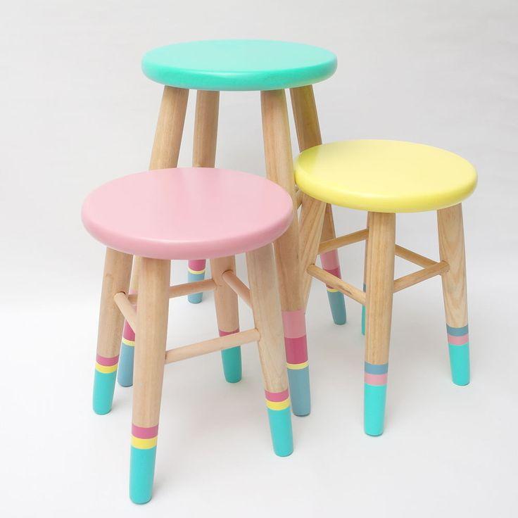 Estos taburetes resultan ser un elemento de lo más versátil tanto a nivel decorativo como funcional. Utilízalos como asiento, mesita auxiliar al lado de la cama de los más peques o prueba a combinar dos modelos para conseguir un resultado que enamorará a grandes y pequeños.Fabricados en madera de pino y pintados a mano con esmaltes libres de disolventes y respetuosos con el medio ambiente, y acabado a la cera.Disponibles en dos tamaños:Grande: 25 cm de diámetro y 4...