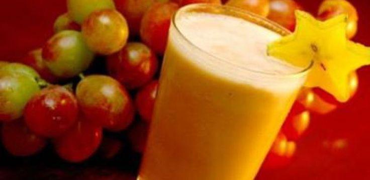 5 unidade(s) de pêssego em calda  - 1 lata(s) de leite condensado  - 1 lata(s) de creme de leite  - 1/2 xícara(s) (café) de xarope de groselha  - 1 copo(s) de suco de uva concentrado(s)  - 1 copo(s) de suco de abacaxi concentrado(s)  - 50 gr de goiabada picada(s)
