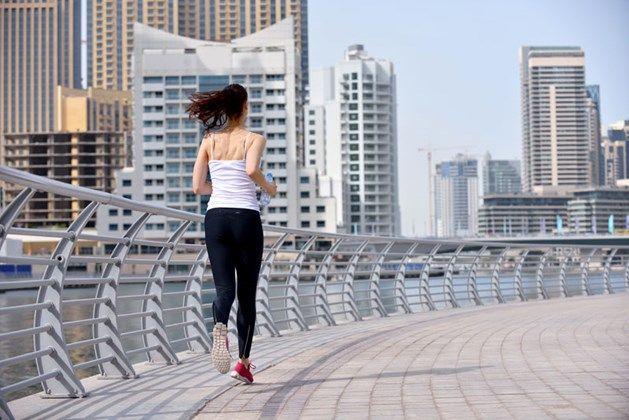 Vele mensen gaan liever niet lopen in de stad omwille van de luchtvervuiling, maar volgens Deense wetenschappers is dat wel beter. Zij concludeerden uit gegevens van 50- tot 65-jarigen dat het sporten in een vervuilde omgeving beter is dan het niet sporten, maar sportarts Chris Goossens waarschuwt voor een overhaaste conclusie: 'Sporten in vervuilde lucht mag je niet minimaliseren'. SPORT CULTUUR (de VS)