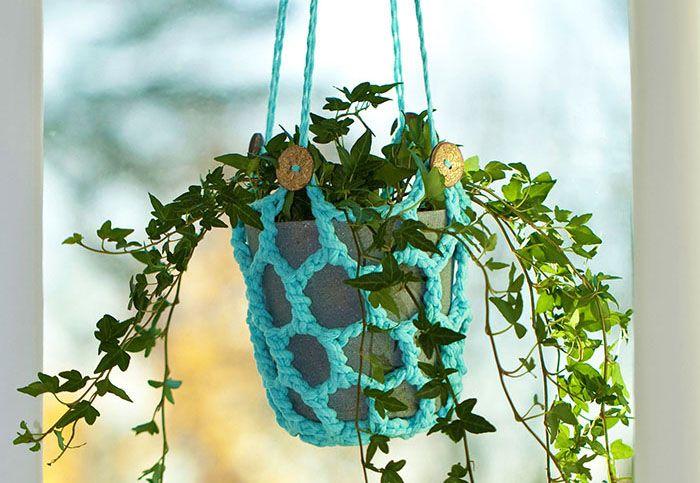 Nu är amplarna tillbaka i fönstren - till glädje för alla som vill få plats med så många krukväxter som möjligt hemma. Ta fram virknålen och sätt igång – det går snabbt att bli klar...