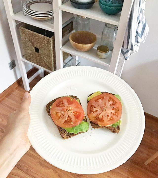 Toast with avocado and tomatoes🍅😋Что я там вчера в видео говорила про идеальные завтраки😏 Честно признаюсь, что люблю вкусно поесть и моё прошлое тому подтверждение. Также я не люблю долго стоять у плиты, поэтому мои рецепты не занимают много времени, а завтраки всегда сочетают эти два пункта в одном👌Тосты с авокадо и томатами😋 #TanyaCooking  Yummery - best recipes. Follow Us! #tastyfood