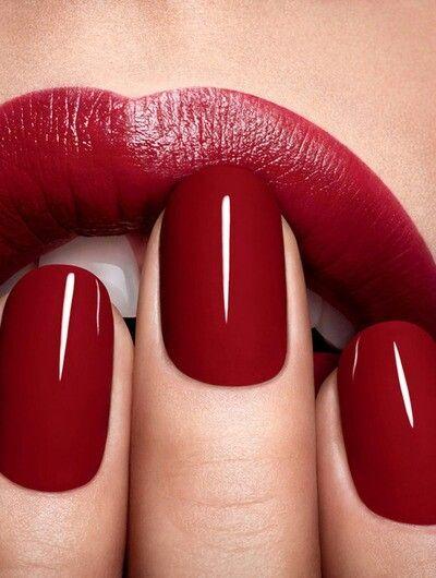 Red nails red lips/ Lábios e unhas vermelhos.