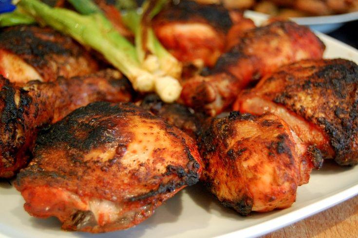 Ricetta e suggerimenti per preparare, senza avere il forno tandur a casa,  il pollo tandoori, la pietanza a base di carne amata già dai Mogul.