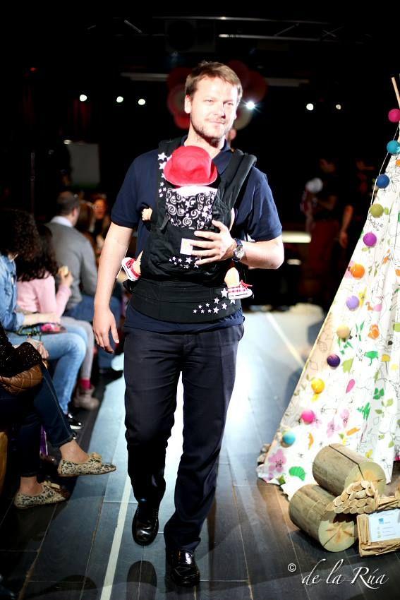 Papá porteando a su bebé