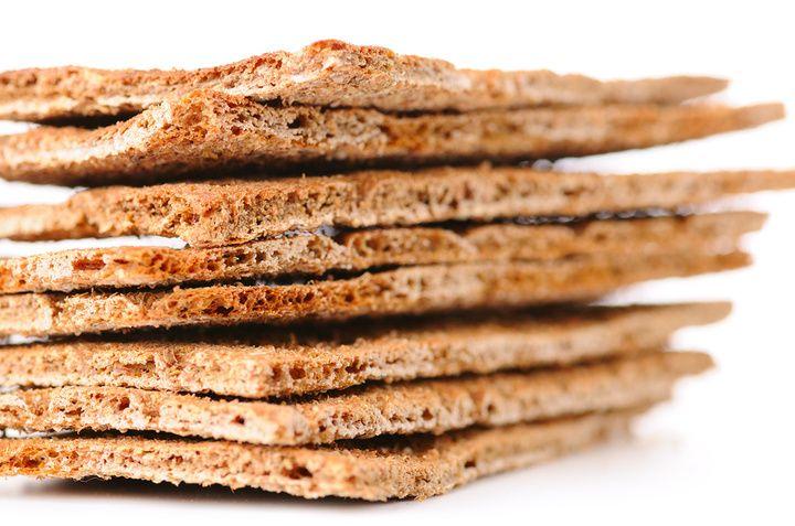 Хлебцы по нраву тем, кто следит за своей фигурой, так как в них несколько меньше калорий, чем в любой другой дрожжевой выпечке. Я предлагаю вам приготовить хлебцы в домашних условиях. Такую выпечку также отлично использовать в качестве закуски.
