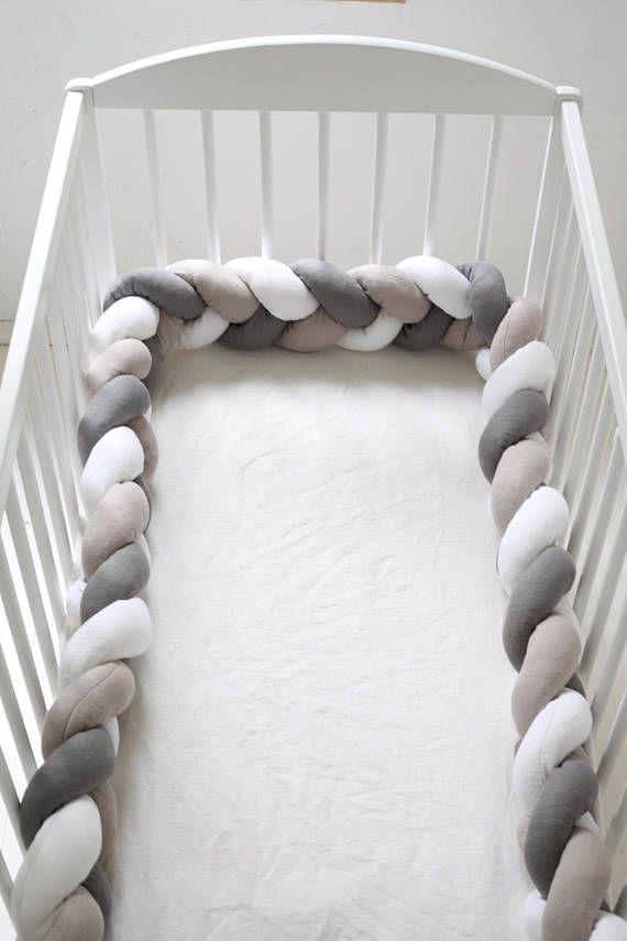 Pare-chocs de lit de bébé en 100 % lin, rempli de fibres creuses de haute qualité. Pare-chocs tressés peuvent être utilisés comme lit de bébé, lit bébé, berceau pare-chocs, ventre assistants le temps ou tout simplement comme la chambre d'enfant ou tout autre décor de la chambre. Parfait