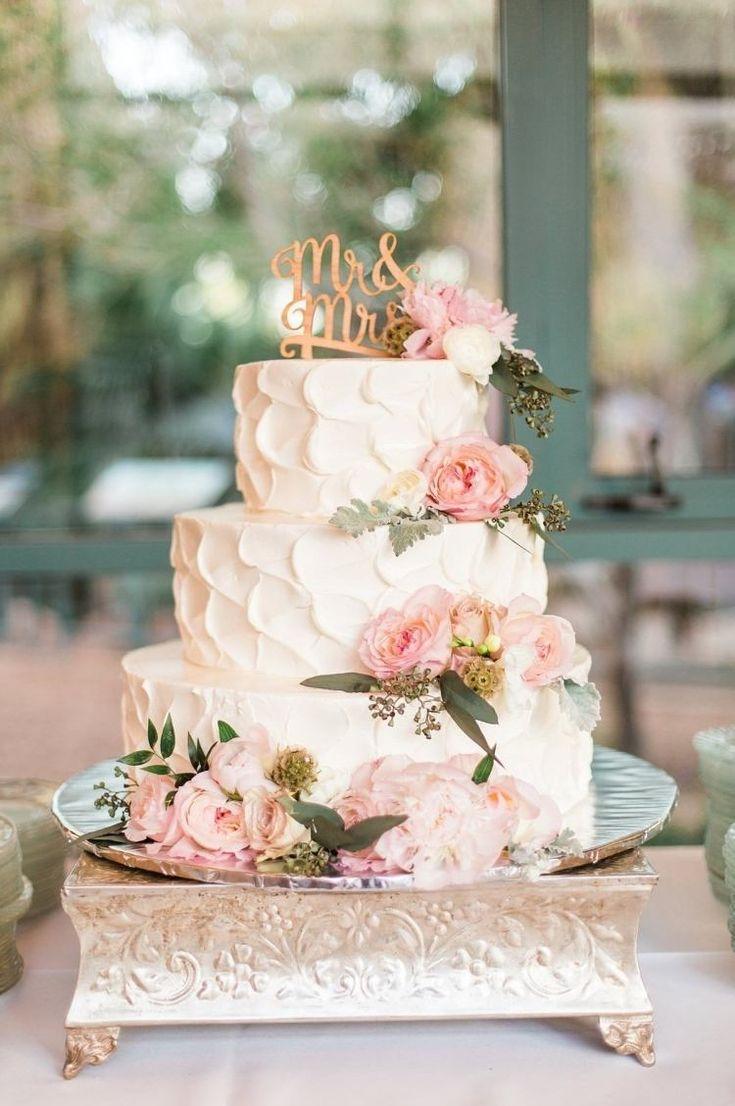 idée de gâteau romantique avec fleurs pour mariage en plein air