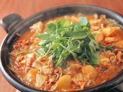 枝元 なほみ さんの豚バラ肉を使った「じゃがチゲ」。豚バラ肉とキムチが相性抜群の韓国風なべです。煮干しでだしをとり、ひきわり納豆を加えて深いコクをだします! NHK「きょうの料理」で放送された料理レシピや献立が満載。
