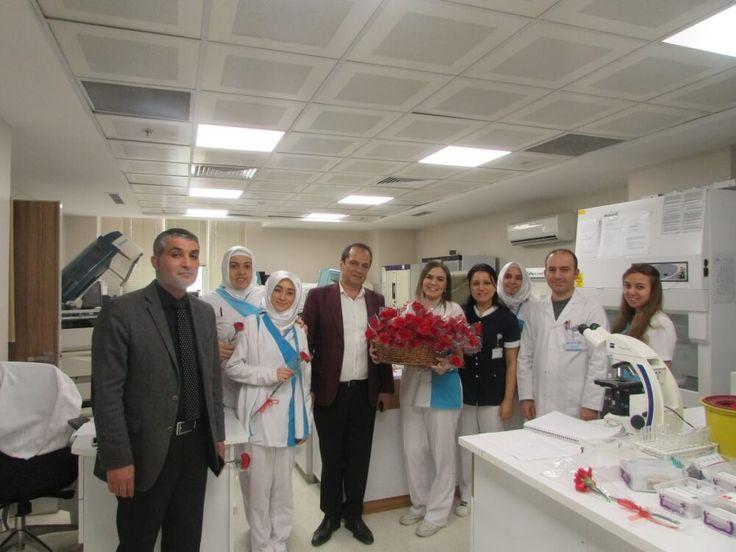 zel Esencan Hastanesi Yönetim Kurulu Başkanı Taşkın YENİDÜNYA 8 Mart Dünya Kadınlar Gününde tüm bayan çalışanlarını çiçeklerle ziyaret ederek Kadınlar Gününü kutladı. Bayan hastalar ile sohbet ederek onlara çiçek hediye etti.  Özel Esencan Hastanesi olarak kurumumuzdaki bayan çalışan oranı %74 ve bayan personel istihdam etmeye önem veriyoruz.