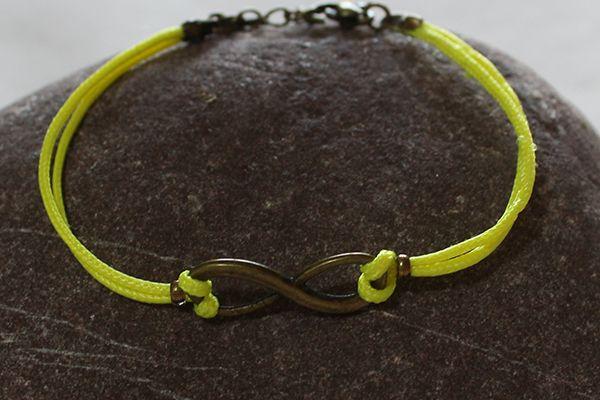 Création de bracelets avec cordon de couleurs acidulées (jaune, orange, rose fluo), perles tubes en métal, connecteur infini, cabochons