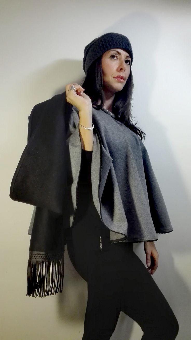 Sciarpa in lana nera con frange in ecopelle nera