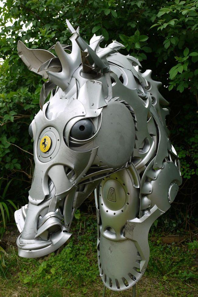 caballo realizado con tapacubos de coche