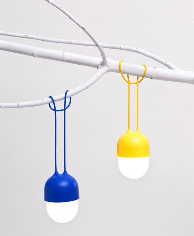 A Clover, luminária de plástico e alça de silicone flexível, feita para pendurar em qualquer lugar.