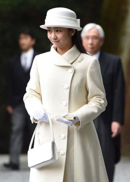 秋篠宮ご夫妻の次女佳子さまは6日午後、三重県伊勢市の伊勢神宮を参拝し、成年皇族となったことを報告された。同神宮参拝は3回目で単独では初めて。姉の眞子さまも2011年11月に成年報告のため参拝している。佳子さまは白い帽子とコート姿で、外宮と内