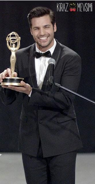 Ayaz At Los Angeles'a Emmy Awards 2015 in Kiraz Mevsimi.