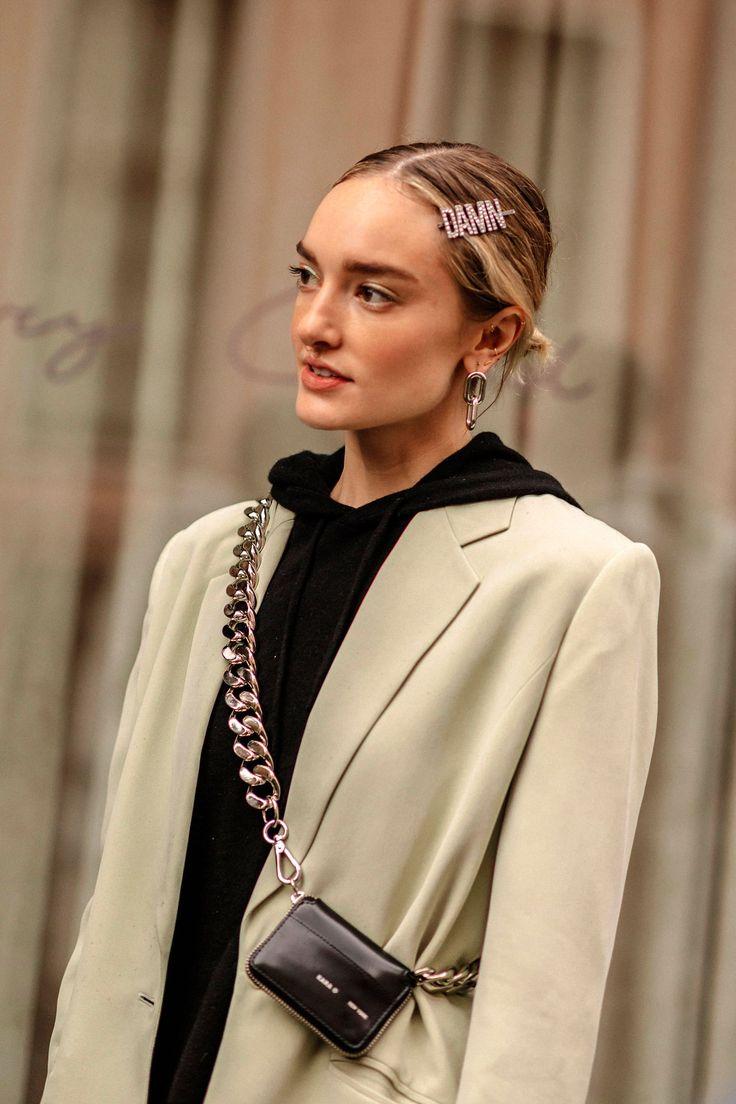 Tiaras, alfinetes e laços de cetim: acessórios para o cabelo assumem o estilo de rua da NYFW  – B A G S