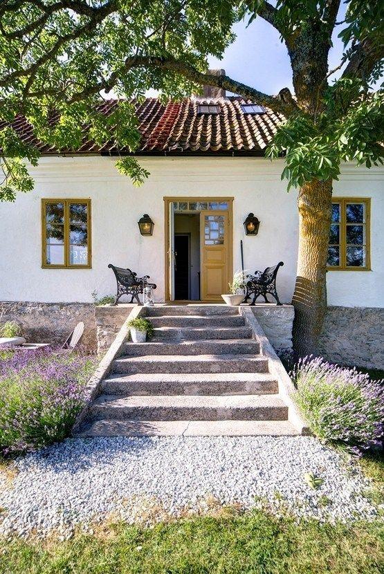 Новый взгляд на сельский дом . Находящийся на шведском острове Готланд, этот бывший фермерский дом площадью 200 квадратных метров, и гостевой дом рядом с основным строением были реконструированы и полностью сменили мебель и интерьер. При этом, в значительной степени, были сохранены оригинальные черты и конструктивные элементы дома. Именно эти аутентичные элементы формируют атмосферу дома, дополняемую новыми элементами декора.