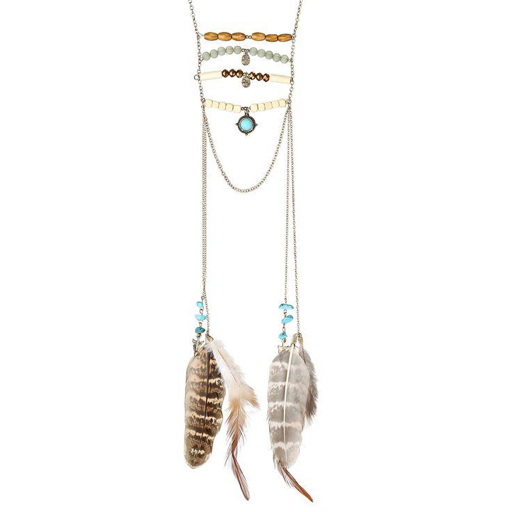 Eine traumhafte Long-Kette in Goldfarben mit wunderschönen Details. Vier Stränge mit Perlen aus Holz und farbigen, schimmernden Elementen. Links und rechts von den Strängen hängen Ketten, die mit türkisen Steinen sowie Federn verziert...