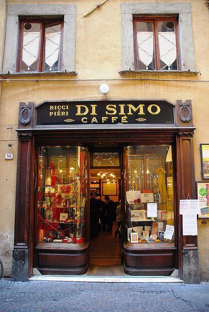 Lucca. Un des plus vieux cafés de Lucca, datant du 19ème siècle. Et le cappuccino y est délicieux et signé par le barman!