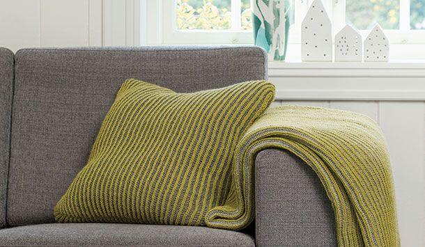 Klæd din sofa på med en pude strikket i dekorativt, tovarvet patentstrik. Få den gratis strikkeopskrift her!