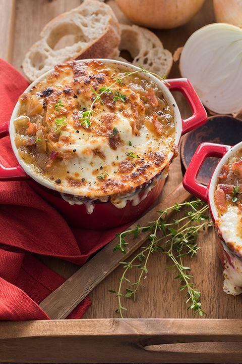 INGRÉDIENTS PAR SAPUTO | Le fromage Mozzarellissima Saputo est parfait pour gratiner une délicieuse soupe à l'oignon préparée avec du bacon. De quoi vous tenir au chaud pour les froides soirées d'automne!