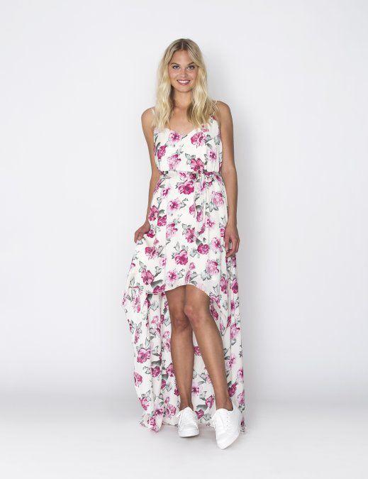 Deze superoriginele maxi-dress van DryLake heeft een korte look aan de voorkant en is een heuse maxi-dress aan deachterkant. De jurk heeft spaghettibandjes en een v-hals. De print van roze rozen komt weer terug op de losmeegeleverde ceintuur. De jurk is oversized, waardoor het ceintuur op elke gewenste plek gedragen kan worden. Deze jurk heeft een voering.
