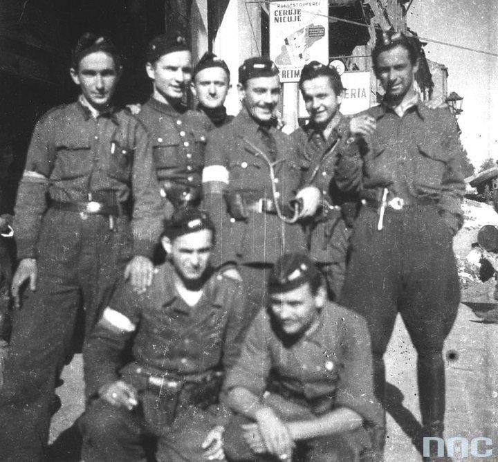 """Soldiers from the 3rd platoon of assault company from """"Kiliński"""" on  Grzybowska street. From left to right: Stefan Rek """"Granite"""", Wojciech L. Strzyżewski """"Jontek"""" Zbigniew Szostkiewicz """"Bohun,"""" Wojciech Wyczański """"Wojczan"""" rifleman. Zdzislaw Jarzęcki """"Witold"""" Modest Abratański """"Satan"""". Below: Tadeusz Załucki """"Jóźków"""" Stanislaw Wielgo """"Karcz""""."""