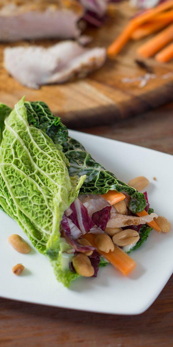 Wraps mal anders: Probiere doch mal unsere Wirsing-Wraps mit Erdnüssen. Die Blätter garen, mit Salat und Hähnchen belegen, aufrollen, fertig. Worauf wartest du? Auf in die Küche und nachmachen! Wir wünschen dir einen guten Appetit.