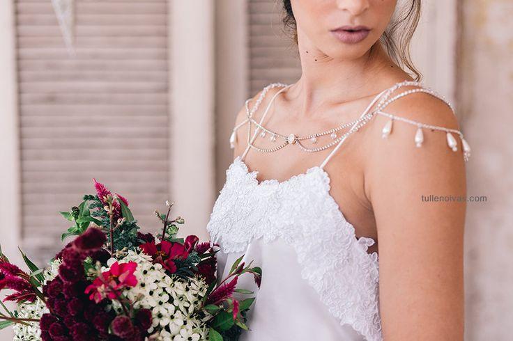 Casamento: Colar para ombro e costas da Tulle Noivas.