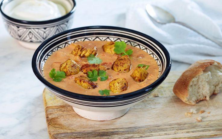 Dette er en fantastisk god og enkel indiskinspirert kyllingsuppe. En av våre mest populære oppskrifter!