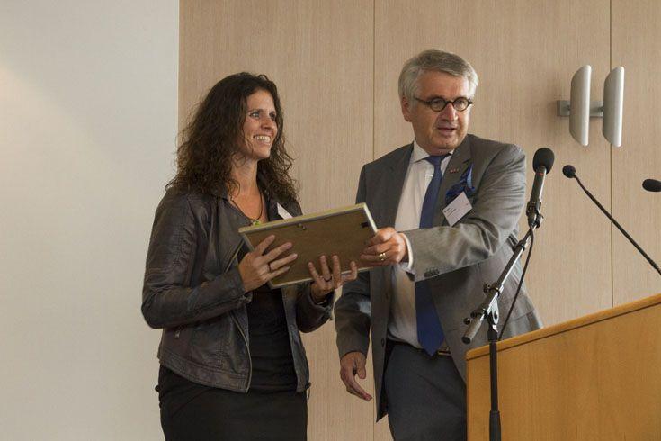 Marcia Donkers ontvangt van Jan van de Kant haar branche-certificaat.