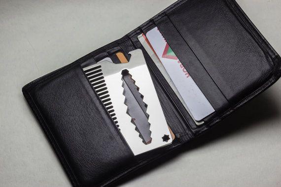 Hallo alle! Es gibt der Hight Qualität Bart Kamm!  Material: Edelstahl AISI 304.  Dicke: 2 mm  Regelmäßige Zahn.  Mit Flaschenöffner und Schraubenschlüssel: 5, 6, 7, 8, 9, 10, 11, 12, 13, 14.  Zwei Seiten Spiegel polierten oder verkratzte Oberfläche erhältlich.  5 Fakten über meinen Kämmen: (1) wird immer bei dir sein. Ich habe meine Kreditkarte Kämme und Schlüsselanhänger Größe. Sie können es auf Ihre Brieftasche, Karteninhaber, Tasche oder Schlüssel setzen.  (2) Ucomb ist es qualitativ…