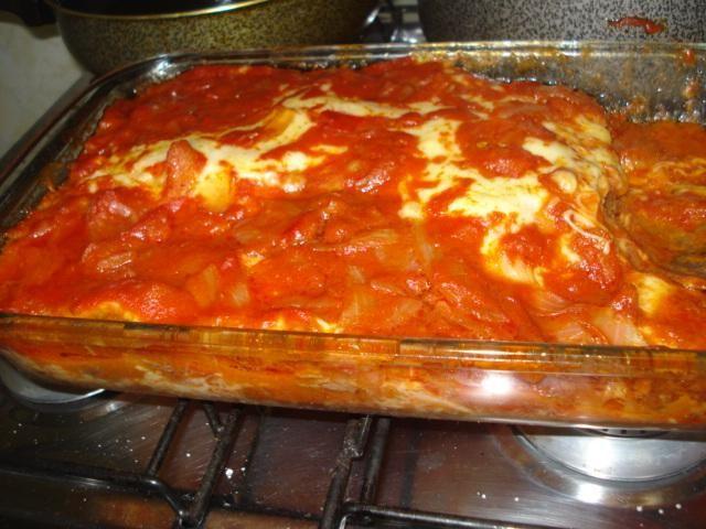 6 bifes de alcatra ou coxão mole (100 g cada)  - 300 g de presunto  - 300 g de queijo mussarela  - 4 ou 5 tomates muito bem picados ou sem pele  - 2 cebolas médias picadas ou 1 grande  - 2 dentes de alho picados (opcional)  - 1 colher de sopa de catchup  - Sal a gosto  - Orégano  - Pimenta-do-reino (opcional)  - 3 colheres de sopa de óleo  -