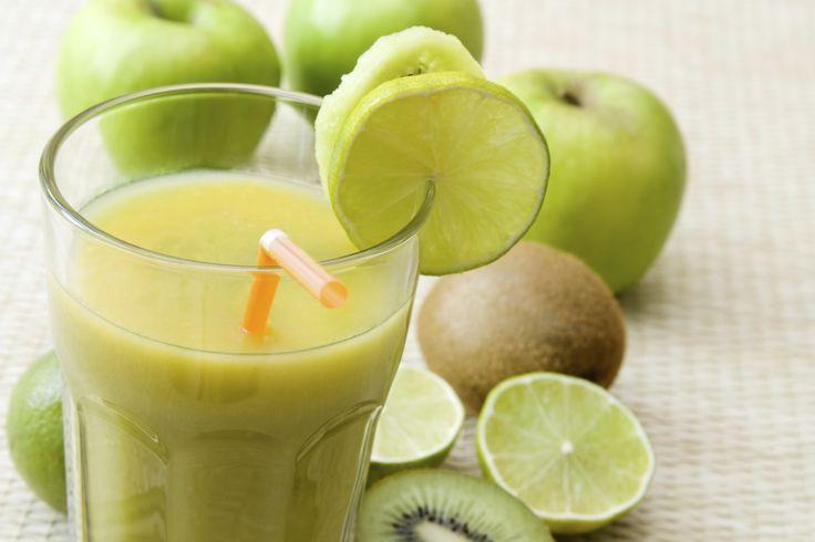 Ingredientes ½ limão 300 ml de água 1 colher (sopa) de gengibre em pedaços ou ralado Gelo a gosto Folhas de hortelã Modo de Preparo Bata