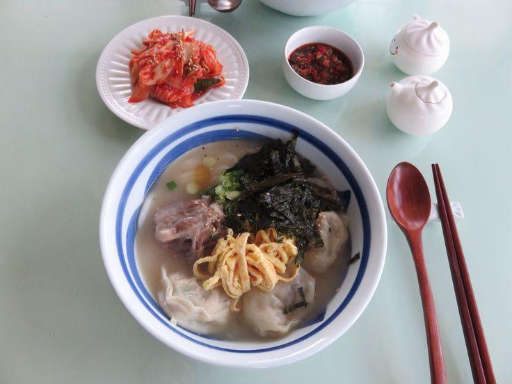1/2/16 Rice cake and dumpling soup. 나이먹는게 싫어 안 먹으려다 ㅎㅎㅎ 냉동실에서 소꼬리 고와논 국물꺼내서 떡만두국으로 한끼해결.
