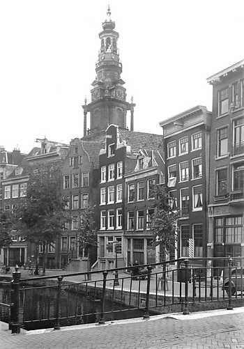 1943 Oudezijdsachterburgwal met de Zuiderkerk op de achtergrond. ANP PHOTO CO ZEYLEMAKER
