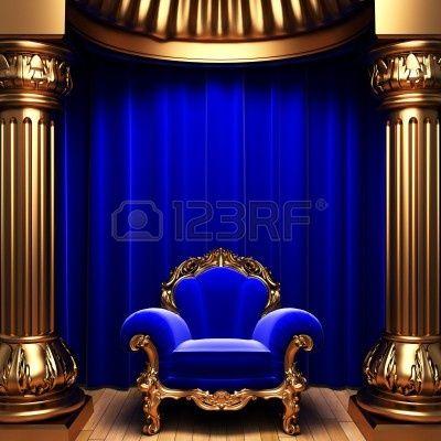 ブルー ベルベットのカーテン、金の列および椅子 写真素材