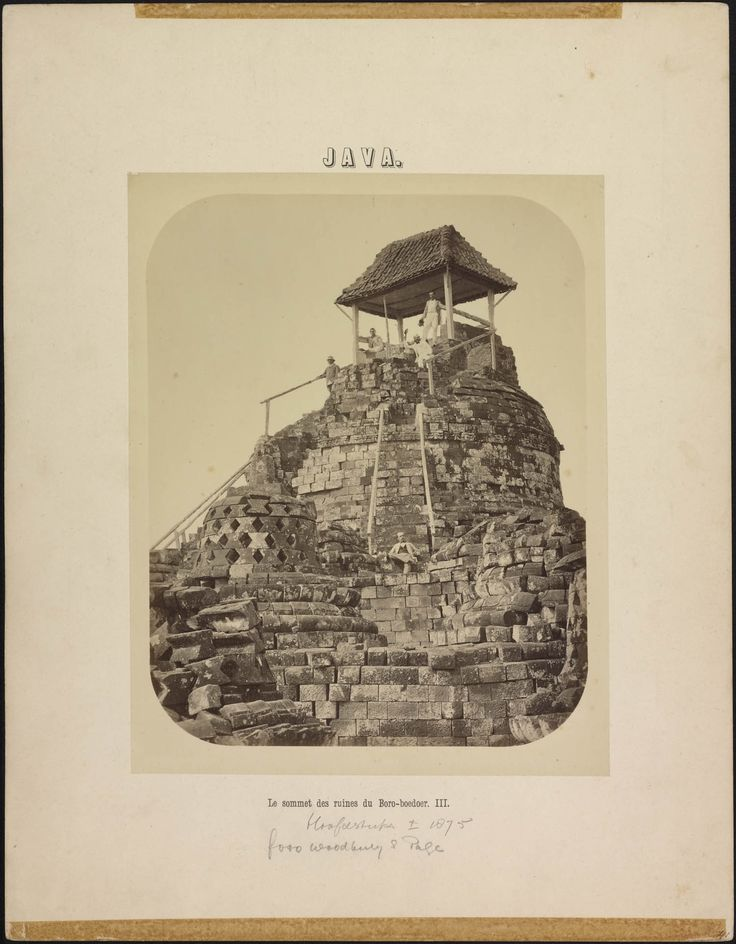De ruïne van de hoofdstupa van de Boroboedoer
