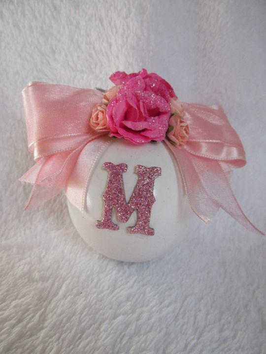 Ornament retro de brad, glob decorat cu roz si initiala