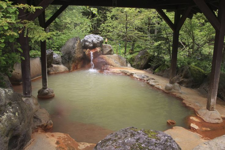 Onsen è il nome con cui i giapponesi indicano le stazioni termali; possono avere bagni all'aperto oppure al coperto, essere pubblici o privati. Usano l'acqua calda proveniente da sorgenti riscaldate geotermicamente e sono un'attrazione turistica molto frequentata dagli stessi giapponesi. Ci sono vasche separate per uomini e donne, mentre in passato non era così